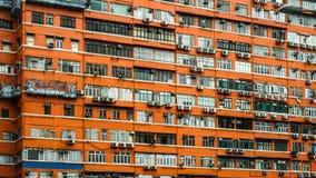 Extérieur rouge d'appartement de Hong Kong Vieux problème des prix d'espace vital de propriété de bâtiment Image stock