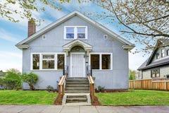 Vieille maison am ricaine blanche ext rieure avec le for Exterieur vieille maison