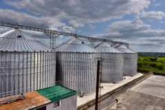 Extérieur, stockage et séchage de construction des grains Photo stock