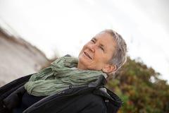 Extérieur supérieur de femme agée aux cheveux gris heureuse photographie stock libre de droits