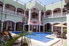 Extérieurs d'une maison coloniale avec la piscine Photos stock