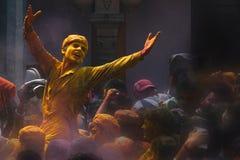 Extase dans la foi et les couleurs de Holi au temple de Nand Baba, Nandgaon, Inde photos stock