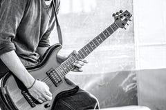 Extasen av en gitarr solo royaltyfri fotografi