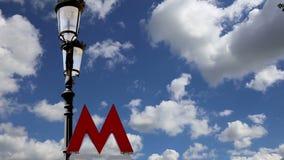 Extasie o sinal do metro de Moscou em um fundo do céu Rússia video estoque