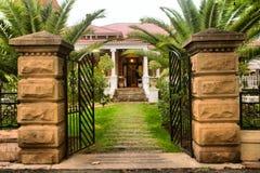 Extasie a porta na casa velha bonita imagens de stock royalty free