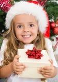 Extatisch gelukkig meisje met aanwezige Kerstmis Royalty-vrije Stock Foto's