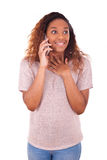Extatische jonge Afrikaanse Amerikaanse vrouw die een telefoongesprek op haar maken Royalty-vrije Stock Afbeelding