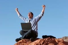 Extatische zakenman die aan laptop werkt royalty-vrije stock foto