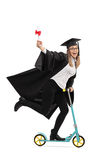 Extatisk doktorand som rymmer ett diplom och rider en scoote Royaltyfria Bilder