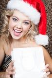 Extatisk härlig kvinna som slitage en Santa hatt Arkivfoto