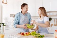 Extatisk le fader- och dottermatlagningsallad tillsammans royaltyfria bilder