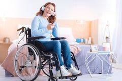 Extatisk rörelsehindrad kvinna som lyssnar till musik Arkivfoto