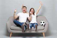 Extatiska fotbollsfan för parkvinnaman hurrar upp service som det favorit- laget med fotboll klumpa ihop sig uttrycksfulla gestik arkivfoto