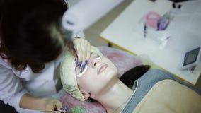 A extensão da pestana, maquilhador toma com chicotes artificiais do fórceps e da vara na mulher filme