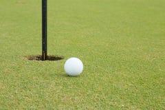 Extensamente campo de golf en día muy bonito en verano Fotografía de archivo libre de regalías