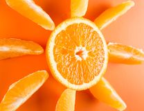 Extensión anaranjada de las rebanadas alrededor de una mitad del corte de una fruta anaranjada Fotos de archivo