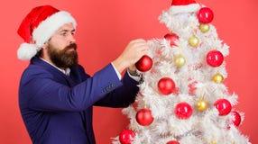 Extensión de la atmósfera de la Navidad alrededor Añada la magia a los días de fiesta Traje del desgaste barbudo del hombre y som fotografía de archivo