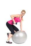 Extensión del tríceps de la pesa de gimnasia en la bola de FitneÑs fotografía de archivo libre de regalías