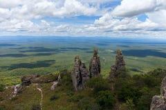 Extensión ilimitada Visión desde las montañas Pilares de piedra naturales fenómeno Chiquitania bolivia Foto de archivo