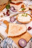 Extensión de la manteca de cerdo en el pan cocido casero Imagen de archivo libre de regalías