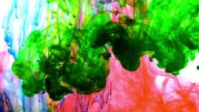 Extensiones coloridas excelentes de la pintura del extracto en fondo del agua almacen de metraje de vídeo