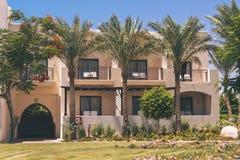 Exterior árabe de la arquitectura del hotel de Egipto del centro turístico de lujo del verano imagen de archivo