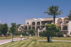 Exterior árabe de la arquitectura del hotel de Egipto del centro turístico de lujo del verano imagen de archivo libre de regalías