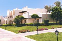 Exterior árabe de la arquitectura del hotel de Egipto del centro turístico de lujo del verano fotografía de archivo