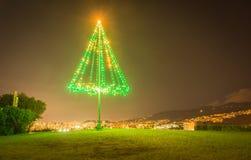 Exterior árvore de Natal iluminada grande metal Imagem de Stock Royalty Free