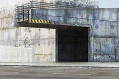 Exterior abandonado Grunge cerca de un camino Imagenes de archivo