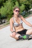Exterior adolescente de Bronde en el parque con el sujetador del deporte Imagenes de archivo