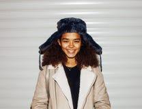 Exterior adolescente de la muchacha afroamericana bonita joven en la calle, lo Imagen de archivo