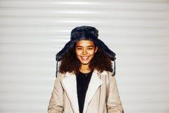 Exterior adolescente de la muchacha afroamericana bonita joven en la calle, lo Foto de archivo