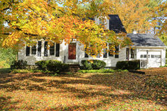 Exterior americano clásico de la casa de Nueva Inglaterra. Foto de archivo libre de regalías