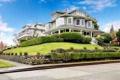 Exterior americano clásico de la casa del artesano verde de lujo grande. Foto de archivo libre de regalías