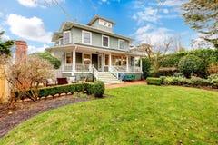 Exterior americano clásico de la casa del artesano verde de lujo grande. Imagen de archivo