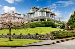 Exterior americano clássico da casa do grande artesão verde luxuoso. fotos de stock royalty free