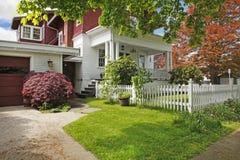 Exterior americano velho da casa do grande artesão clássico. Imagens de Stock Royalty Free