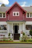 Exterior americano velho da casa do grande artesão clássico. Fotos de Stock
