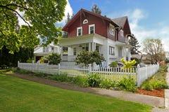 Exterior americano velho da casa do grande artesão clássico. Foto de Stock