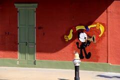 Exterior colorido del edificio con el gato pintado que toca el instrumento, New Orleans, 2016 Fotografía de archivo