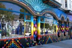 Exterior constructivo coloreado hermoso en el Haight y el Ashbury en San Francisco fotografía de archivo