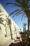 Exterior constructivo con las palmeras y los muebles de mimbre Imagen de archivo