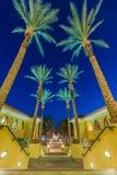 Exterior constructivo con los pasos alineados con las palmeras Fotografía de archivo libre de regalías