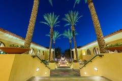 Exterior constructivo con los pasos alineados con las palmeras Imagen de archivo