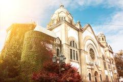 Exterior constructivo de la sinagoga judía vieja en Novi Sad, Serbia con el fondo y la luz del sol del cielo azul Fotos de archivo
