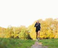 Exterior corriente del corredor femenino joven en parque imagen de archivo libre de regalías