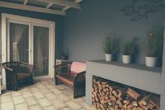 Exterior da área do pátio de uma casa suburbana moderna Imagens de Stock Royalty Free