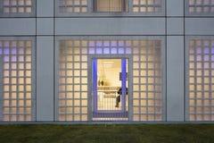 Exterior da biblioteca futurista no branco Imagens de Stock Royalty Free