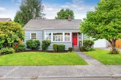 Exterior da casa americana pequena com pintura azul imagens de stock royalty free